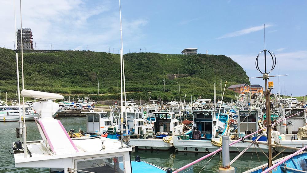 飯岡漁港から見た岸壁荘と刑部岬